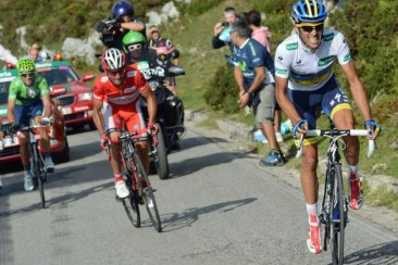 Contador attacks at Vuelta a España. Credit: http://velonews.competitor.com/2012/09/news/alberto-contador-keeps-punching-but-cant-deck-joaquim-rodriguez_237237